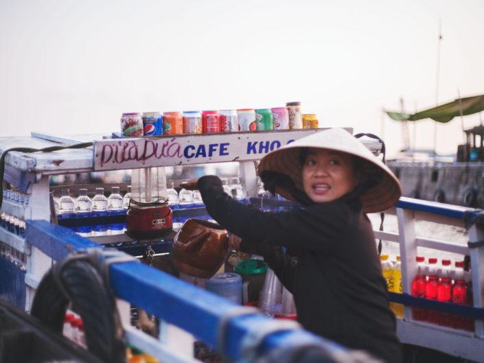 Vendeuse de café au marché flottant de Can Tho