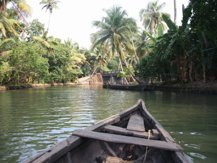 Naviguer sur les backwater en barque