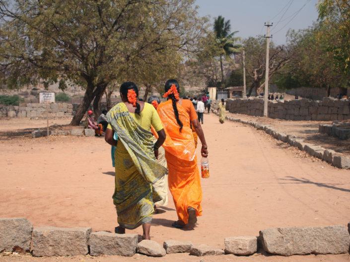 Femmes indiennes qui reviennent du temple