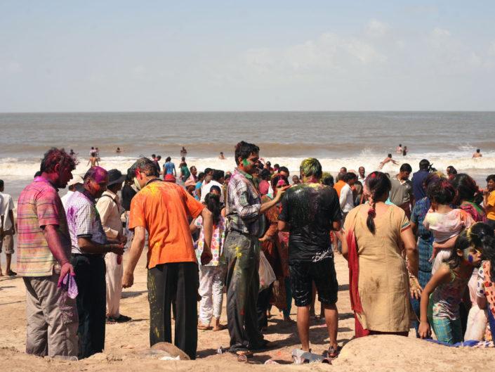 Fête Holi sur la plage