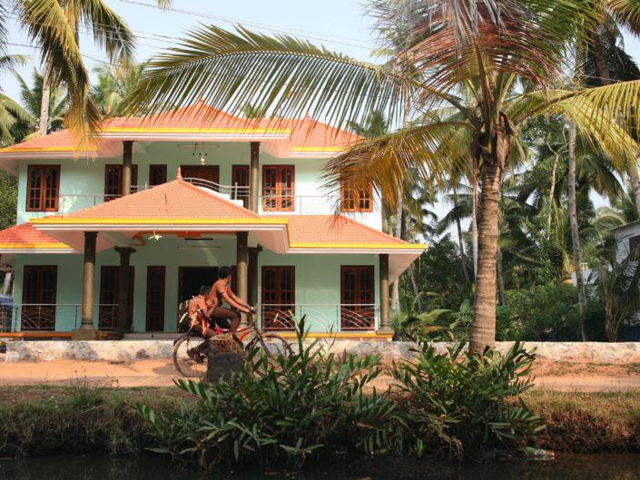 Maison colorée dans les backwaters